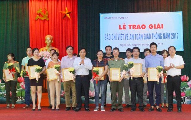 Ban tổ chức cuộc thi Báo chí viết về ATGT năm 2017 tỉnh Nghệ An trao giải cho các tác giả. PV Báo Dân trí (đứng giữa, hàng thứ nhất) đoạt 1 giải Ba, 1 giải Khuyến khích tại cuộc thi này