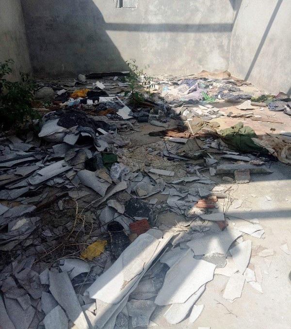 Thậm chí đến những ki ốt bỏ không cũng chất đầy rác