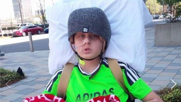 Cậu bé bất ngờ tỉnh lại trước khi ngắt thiết bị duy trì sự sống - 2