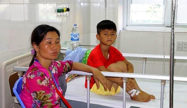 Em Vy Ngọc Mạnh phải nhập viện sau khi bị rắn cắn. Ảnh: Mỹ Hà