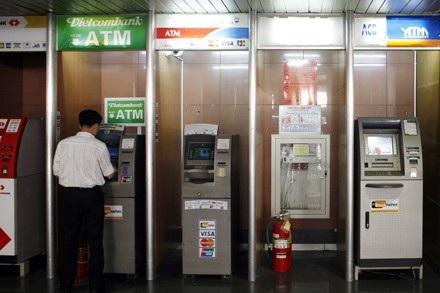 Nhiều ngân hàng tăng phí dịch vụ nhằm bù lỗ cho các khoản đầu tư trước đó vào máy ATM (ảnh minh họa).