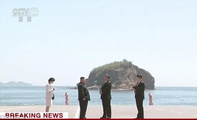 Ông Kim Jong-un và ông Tập Cận Bình trò chuyện tại Đại Liên (Ảnh: BBC)