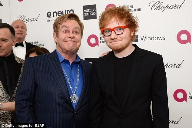 Nam ca sĩ gạo cội Elton John (71 tuổi - trái) và nam ca sĩ trẻ Ed Sheeran (27 tuổi - phải)