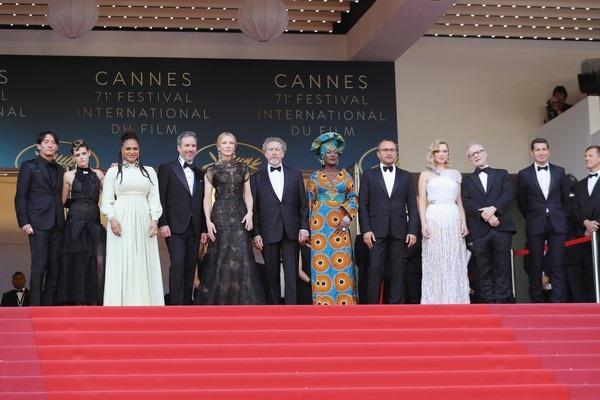 Dàn giám khảo LHP Cannes: Từ trái qua: Chang Chen, Kristen Stewart, Ava DuVernay, Denis Villeneuve, jury president Cate Blanchett, and jury members Robert Guediguian, Khadja Nin, Andrey Zvyagintsev, Lea Seydoux