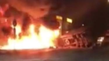 Sau cú va chạm, 2 chiếc xe container bốc cháy dữ dội (ảnh cắt từ clip Fb)
