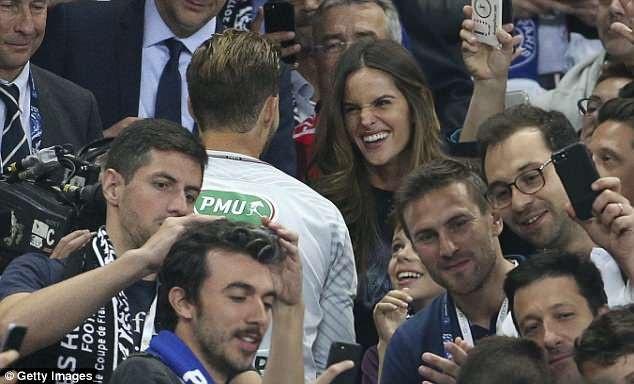 Siêu mẫu Izabel Goulart tới cổ vũ bạn trai Kevin Trapp khi CLB Paris Saint-Germain của anh này thi đấu trận chung kết cúp quốc gia Pháp.