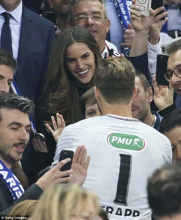 Siêu mẫu người Brazil rất tự hào về chiến thắng của CLB Paris Saint-Germain