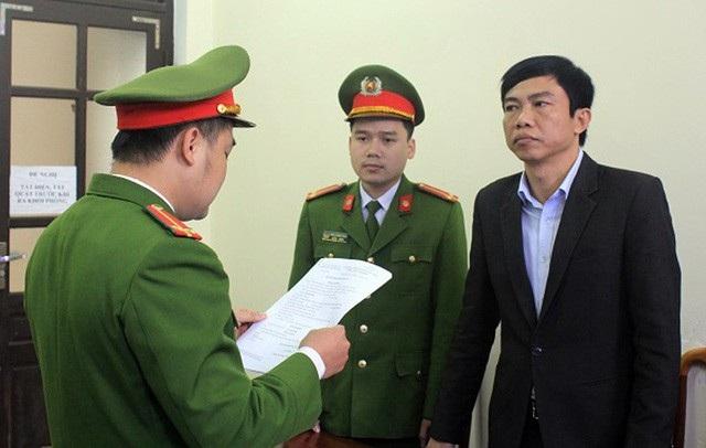 Lê Anh Tuấn nghe CQĐT Công an huyện Thạch Hà tống đạt quyết định khởi tố vụ án.