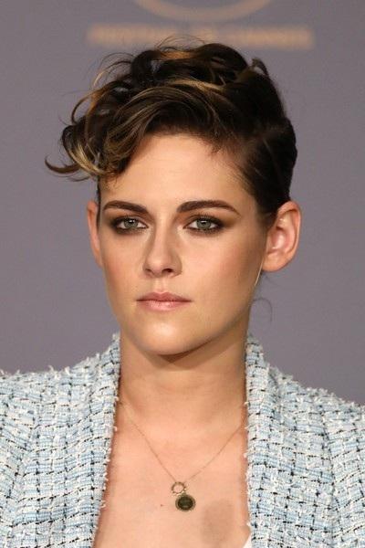 Cô trang điểm và làm tóc rất cá tính