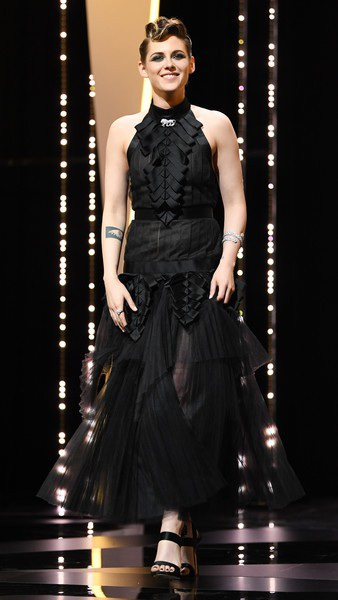 Kristen Stewart thay một bộ váy điệu đà hơn cho đêm khai mạc - cũng là thiết kế của Chanel