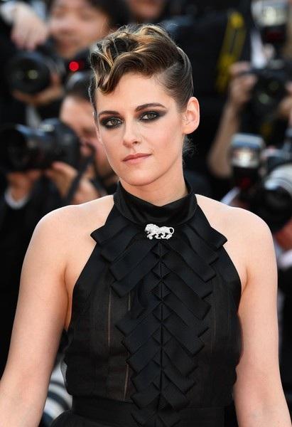 Kristen Stewart giữ nguyên phong cách tomboy trên thảm đỏ đêm khai mạc LHP Cannes