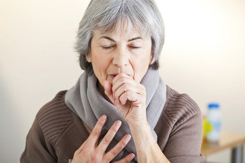 Ho kéo dài là một trong những triệu chứng thường gặp khi mắc bệnh ở đường hô hấp