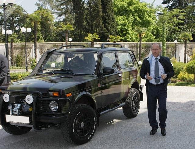 Ông Putin giới thiệu với các phóng viên chiếc Niva SUV tại Sochi (Ảnh: Sputnik)