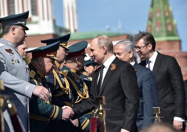 Tổng thống Nga Vladimir Putin và Thủ tướng Israel Benjamin Netanyahu bắt tay chỉ huy các đơn vị quân sự Nga (Ảnh: Sputnik)