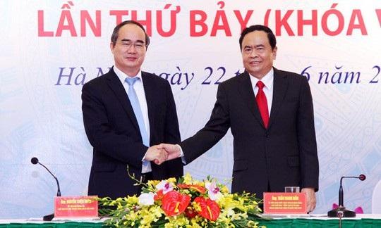 Ông Trần Thanh Mẫn (phải) - Chủ tịch UB Trung ương MTTQ Việt Nam được bầu làm Bí thư Trung ương Đảng, cùng với ông Trần Cẩm Tú.