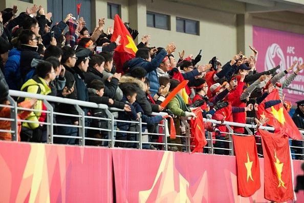 Cổ động viên Việt Nam ở sân Thường Thục trong trận gặp U23 Iraq
