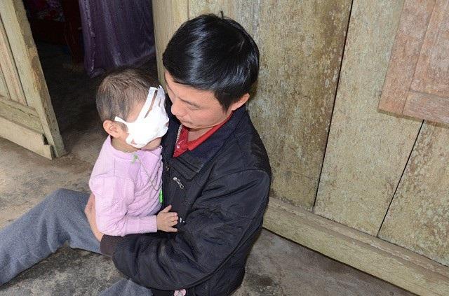 Phát hiện bé Hà bị ung thư võng mạc ngay khi mới vài tháng tuổi, quãng thời gian đằng đẵng gần 3 năm trời chữa trị cho con. Đã khiến gia đình chị Hoa khánh kiệt.