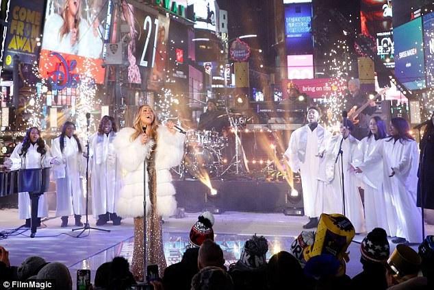 """Mariah hát """"Hero"""" cùng với nhóm bè."""