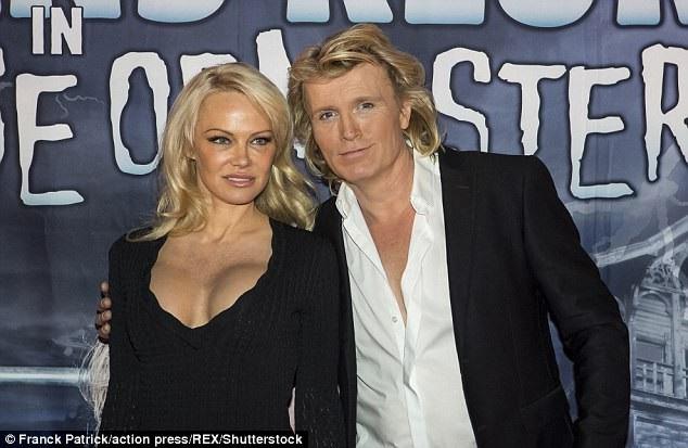 Các con của Pamela Anderson đã gặp bạn trai trẻ của mẹ và rất quý mến anh này