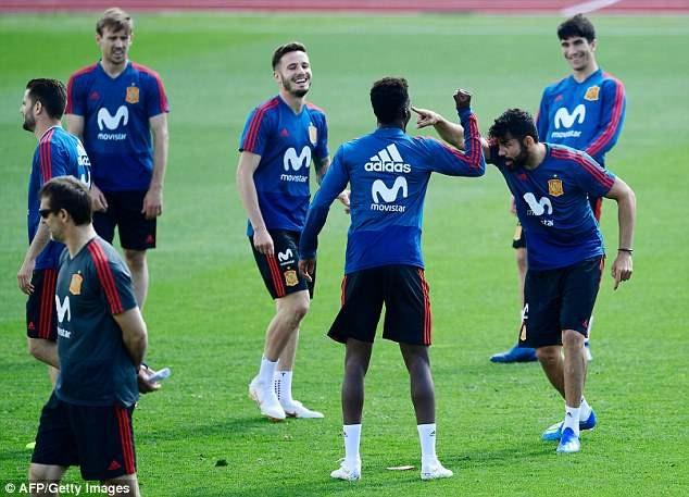 Diego Costa là trung tâm của sự chú ý trên sân