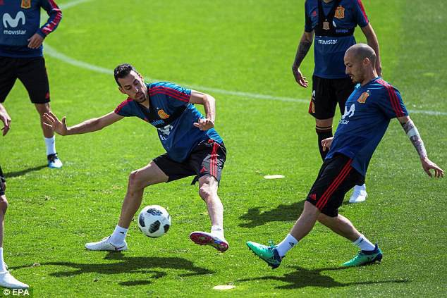 Busquets và Silva trong tình huống tranh chấp, cả hai đều là những trụ cột của Tây Ban Nha ở giải lần này