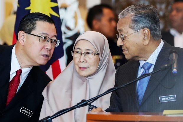 Bộ trưởng Bộ Tài chính Malaysia, ông Lim Guan Eng (bên trái) cho biết người dân đã ủng hộ gần 2 triệu USD (khoảng 45,5 tỷ đồng) chỉ trong ngày đầu tiên quỹ được mở. (Nguồn: The Wall Street Journal)