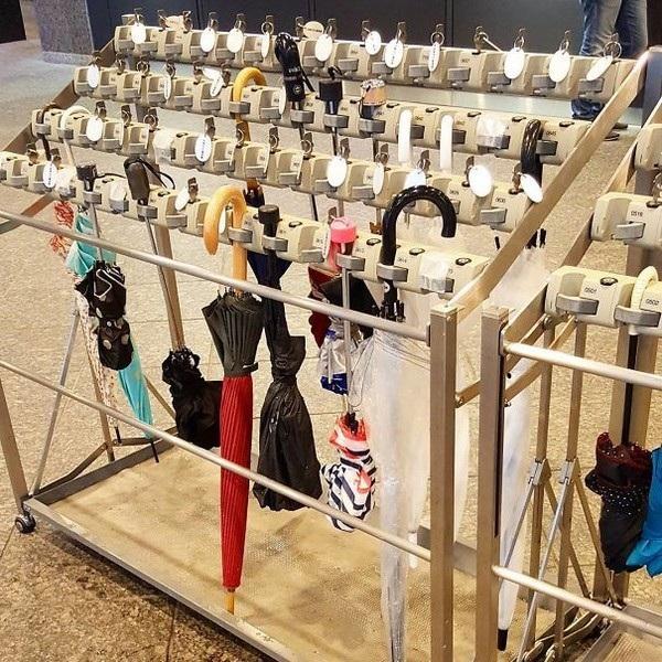 Một phát minh thú vị của người Nhật: những chiếc khóa dành cho ô dù để người dùng có thể khóa chiếc ô của mình lại, đề phòng trường hợp bị lấy cắp hoặc người khác cầm nhầm