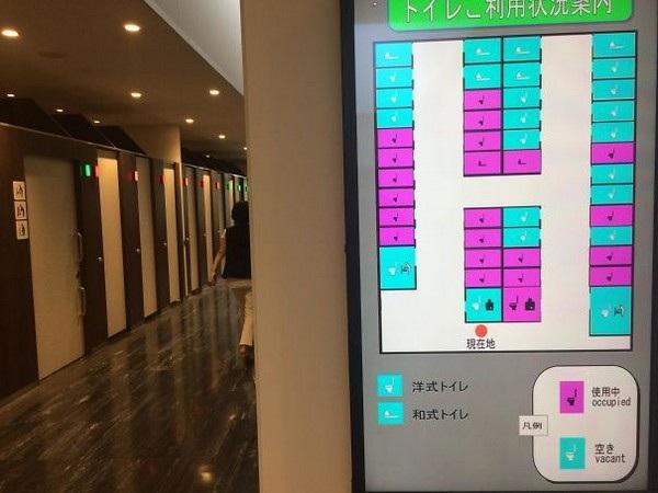 Nhiều nhà vệ sinh công cộng tại Nhật Bản có bảng điện tử để hiển thị những buồng vệ sinh nào đang trống, buồng nào có người sử dụng để thuận tiện hơn cho người dùng