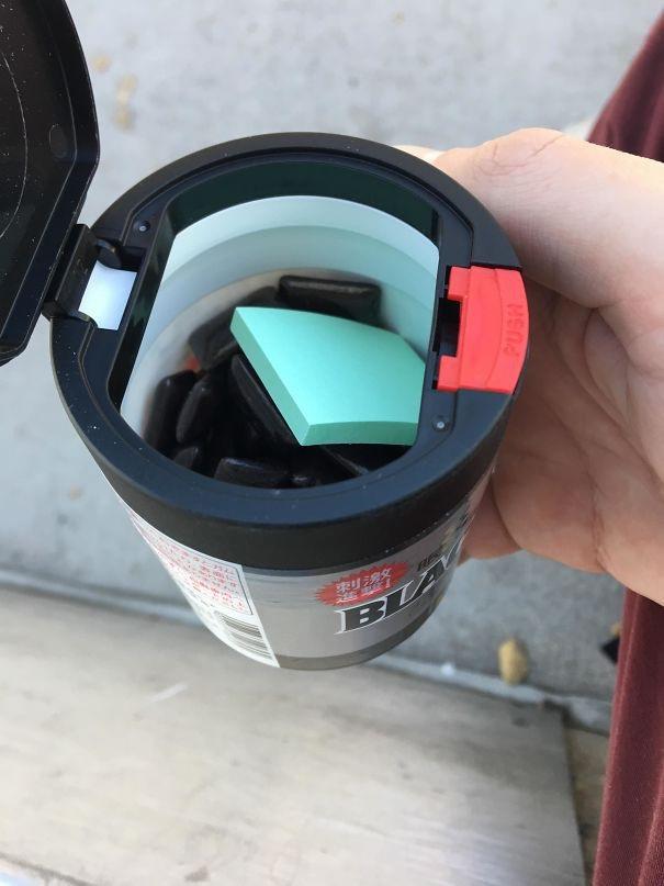 Trong hộp kẹo cao su tại Nhật Bản có kèm theo một xấp giấy nhỏ để người dùng có thể gói bã kẹo lại sau khi nhai xong, tránh tình trạng nhả bã kẹo cao su làm mất vệ sinh