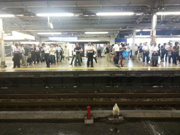 Cách người Nhật Bản xếp hàng để lên tàu điện ngầm