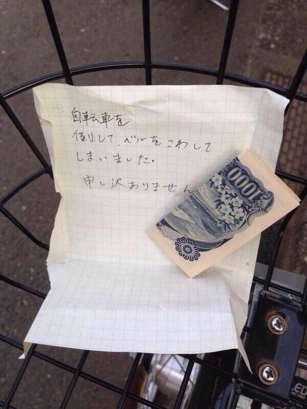 """Những lời nhắn như thế này không hiếm gặp tại Nhật Bản. Nội dung lời nhắn trong mẫu giấy: Tôi vô tình chạm vào xe đạp và làm hỏng chiếc chuông. Tôi rất xin lỗi"""", kèm theo đó là số tiền dùng để sửa lại chiếc chuông hỏng"""