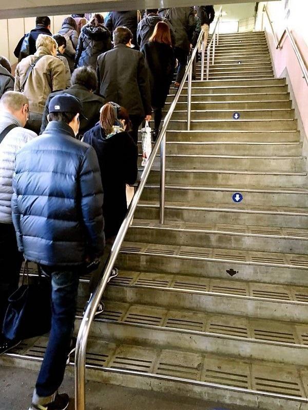 Nguyên tắc của người Nhật: dù chen lấn bao nhiêu, họ cũng không đi sang phía cầu thang đi ngược chiều