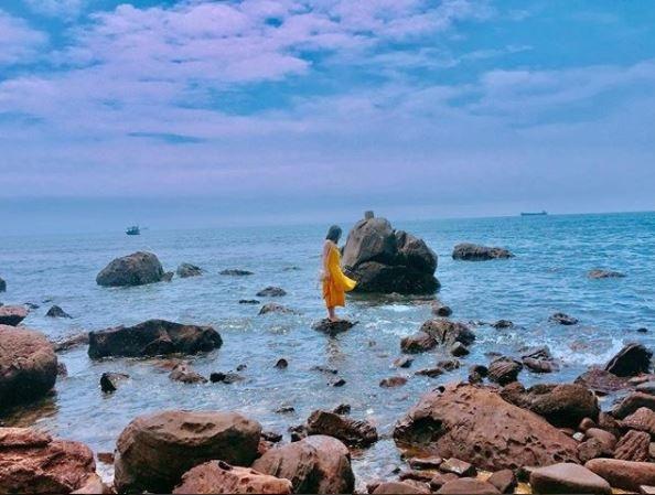Nơi đây hội tủ đủ các yếu tố của một bãi biển đẹp, với làn nước trong xanh và bờ cát trắng mịn. Ảnh: @lylien.lily