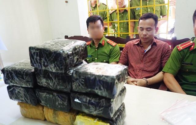 Nguyễn Hữu Ngạn cùng tang vật gồm 10kg ma túy dạng đá tại cơ quan cảnh sát điều tra Công an TP Vinh