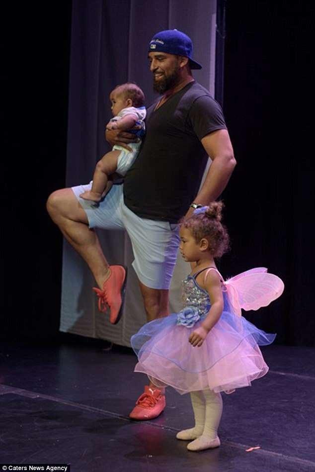 Người cha ấm áp đã nắm tay con gái cùng thực hiện những động tác ba-lê. Trên tay anh còn một cô con gái nhỏ khác có tên Suri.