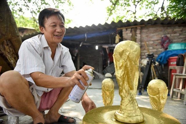 Tờ AFP ấn tượng về những chiếc cúp vàng World Cup được sản xuất ở Việt Nam