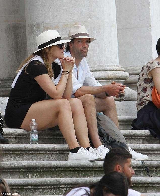 Kate Winslet cùng chồng Ned Rocknroll bị thợ săn ảnh bắt gặp khi đi ngắm cảnh ở Venice ngày 9/6 vừa qua