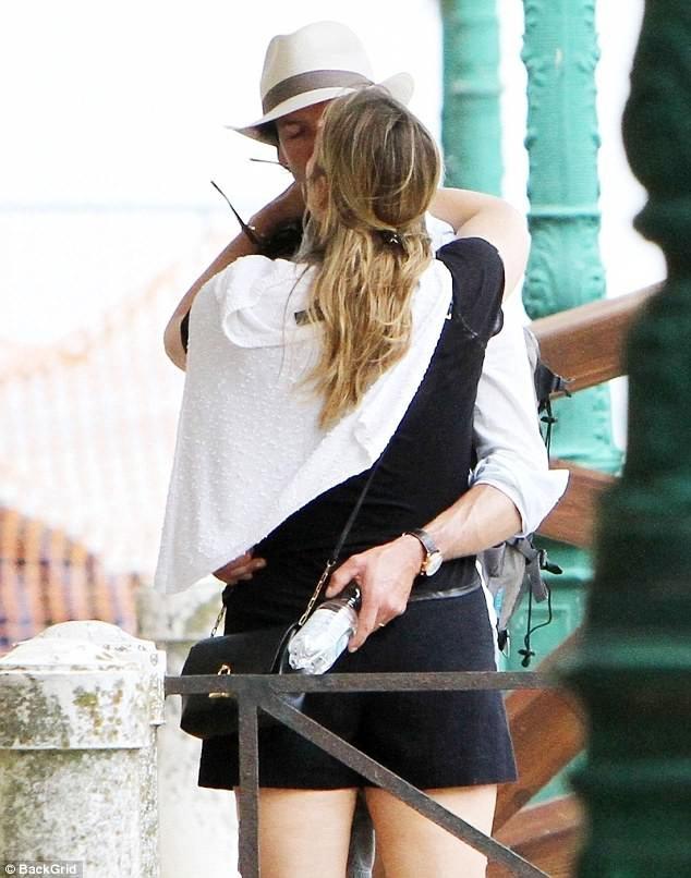 Đôi vợ chồng nổi tiếng ôm nhau ngọt ngào trên phố