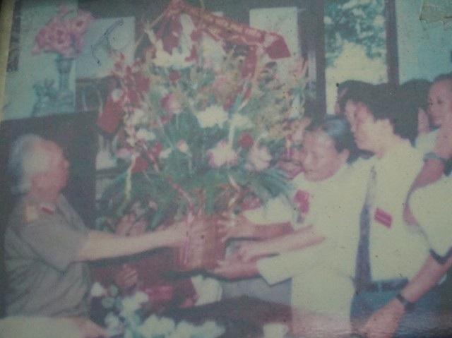 Đại tướng Võ Nguyên Giáp tặng hoa chúc mừng hai chị em bà Hoàng Thị Liên, Hoàng Thị Tuất được phong tặng danh hiệu Anh hùng lao động cùng một thời điểm (ảnh chụp lại)
