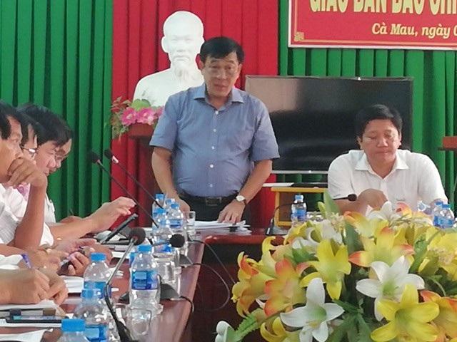 Ông Nguyễn Đức Thánh- Chánh văn phòng UBND tỉnh Cà Mau (người đứng) thông tin vụ việc.