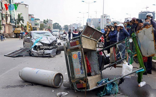 Những chiếc 3 bánh thường chở hàng cồng kềnh, gây tai nạn giao thông (ảnh VOV)