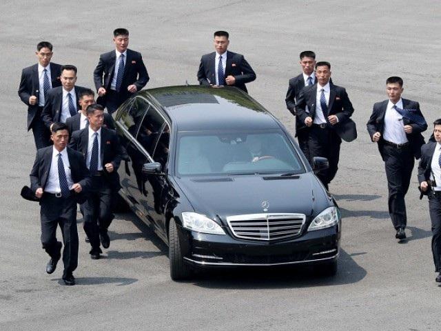 Đội vệ sĩ chạy bộ bảo vệ ông Kim Jong-un khi tới hội nghị thượng đỉnh liên Triều hôm 27/4. (Ảnh: Reuters)