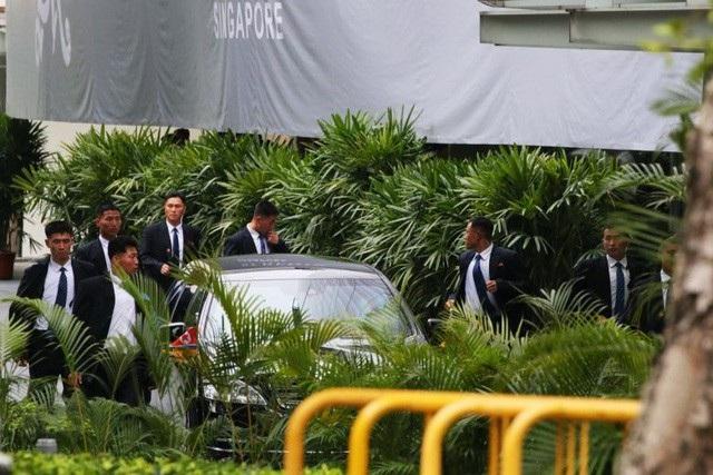 12 vệ sĩ chạy xung quanh xe để tạo thành lá chắn sống bảo vệ nhà lãnh đạo Triều Tiên ở Singapore. (Ảnh: Straitstimes)