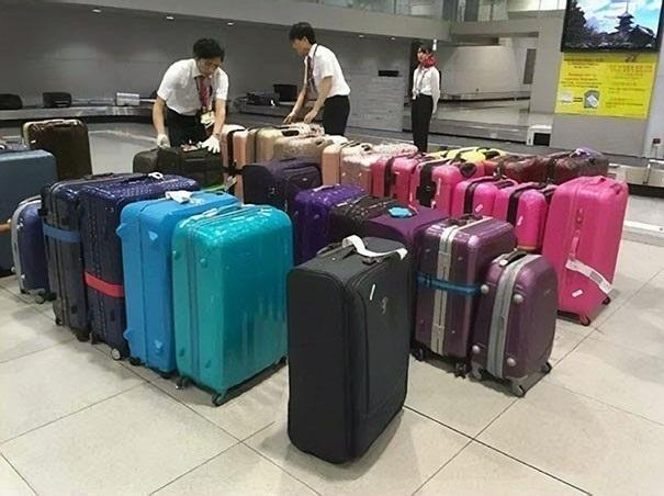 Hành lý tại các sân bay cũng được các nhân viên sắp xếp theo màu sắc trước khi chuyển lên băng chuyền để hành khách có thể dễ dàng tìm thấy hành lý của mình