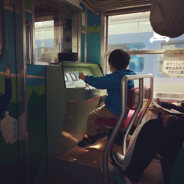Ghế ngồi dành cho trẻ em trên tàu tại Nhật Bản, mang lại trải nghiệm như một lái tàu để giúp trẻ quên đi mệt mỏi của chuyến đi