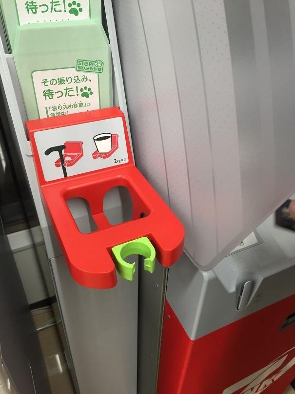Tại các máy rút tiền ATM tại Nhật Bản được trang bị cả đế giữ cốc và đế giữ gậy cho người già để tiện lợi hơn cho người dùng thao tác