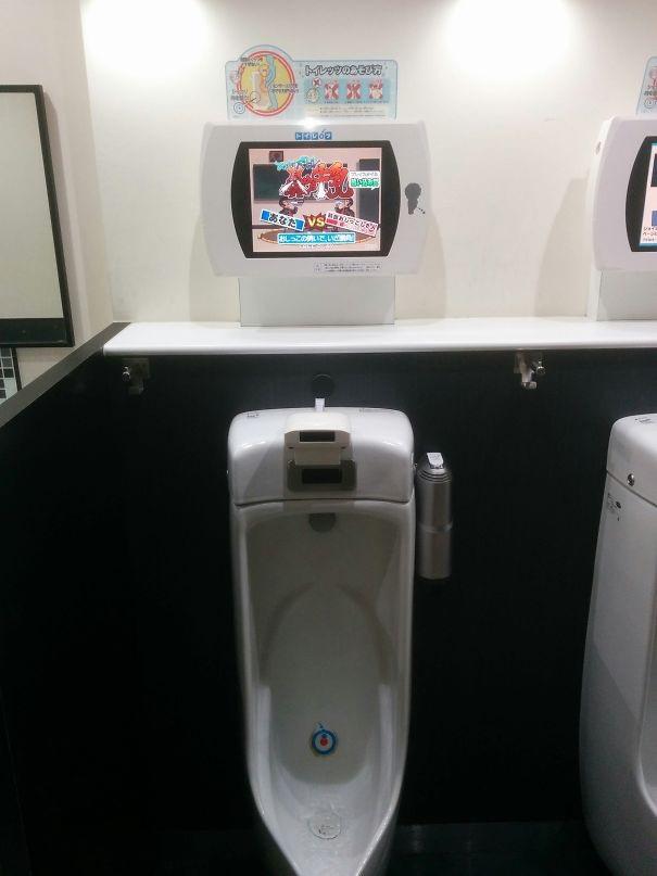 Bồn tiểu nam trong nhà vệ sinh công cộng được trang bị cả màn hình game để người dùng có thể chơi game bằng... dòng nước tiểu của mình