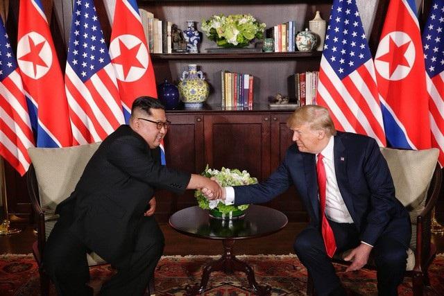 Nhà lãnh đạo Triều Tiên Kim Jong-un và Tổng thống Mỹ Donald Trump gặp nhau tại Singapore hồi tháng 6 (Ảnh: Reuters)