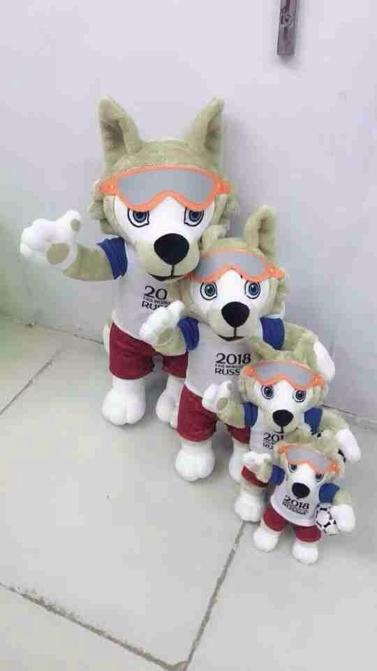 Một số shop nhập những chú sói bông từ Quảng Châu về bán dịp World Cup