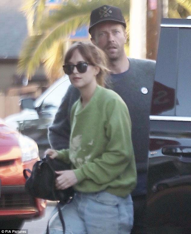 Dakota Johnson và Chris Martin bị bắt gặp đi ăn trưa cùng nhau tại 1 nhà hàng ở Venice, Mỹ ngày 12/6 vừa qua